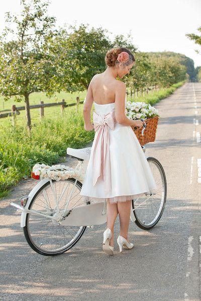 kurzes brautkleid mit rosa schleife im rücken (http://www.noni-mode.de) short cut 50s strapless wedding dress with soft pink bow and pink tulle petticoat.