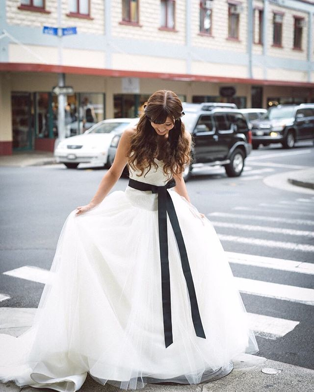 まるでおとぎの世界のお姫様が現実世界にやってきたが、テーマの一枚!!笑っ タウンフォトは、ツインテールで雰囲気ガラリと変えてみました♪ * * #verawang #バレリーナ #ツインテール #ウェディングドレス #サッシュリボン #black #プレ花嫁 #卒花嫁 #love #happy #ハワイ婚 #hawaiiwedding