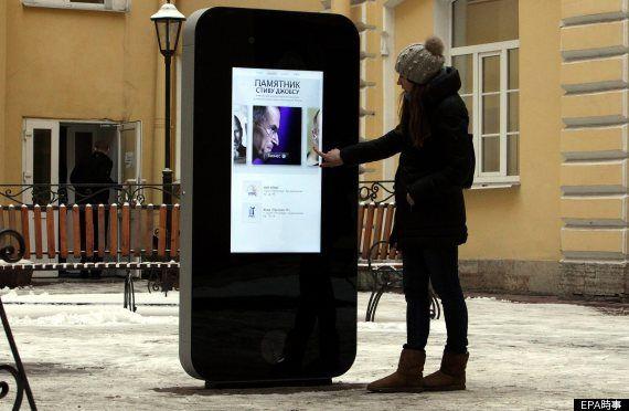 「iPhone 4」の形をした高さ1.8メートルの記念碑