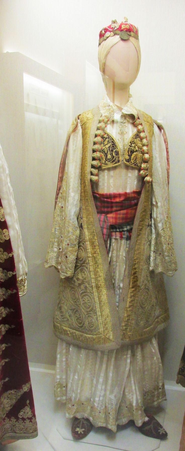 Παραδοσιακή φορεσια απο την Βόρειο Ήπειρο.(Εθνικό Ιστορικό Μουσείο,Αθήνα)