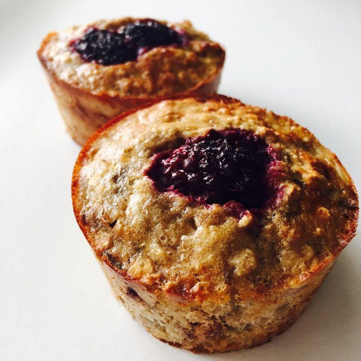 Voedzame en heerlijke ontbijtmuffins daar wil ik het liefst elke dag wel mee beginnen. Veel werk is het niet, je doet alle ingrediënten bij elkaar en hup in de oven voor 30 minuten. Vandaag twee verschillende ontbijtmuffins die een goede start van de dag zijn. Van deze ontbijtmuffins krijg jegenoeg energie en ze zijn gewoon hartstikke lekker! Ideaal voor onderweg ommee te nemen of mee in de lunchbox naar school. Je kunt deze ontbijtmuffins ook heel goed als tussendoortje eten, lekker…