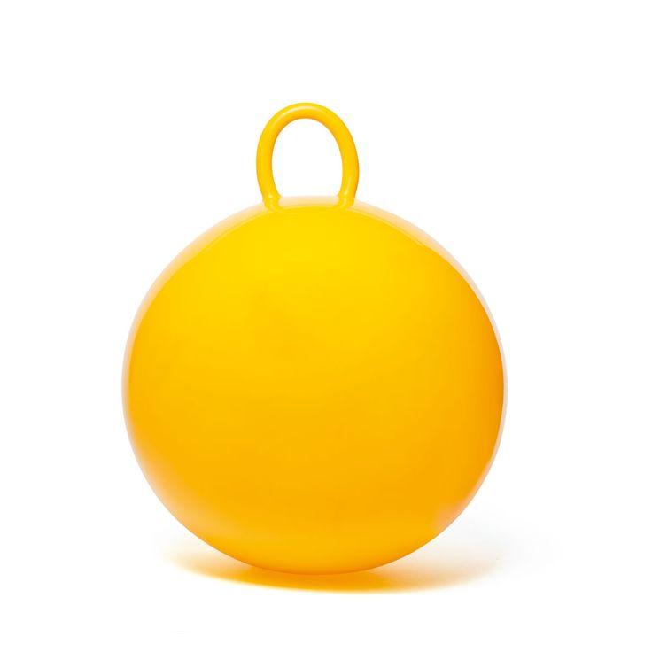 Le ballon sauteur est un incontournable des jeux de plein air !  Votre enfant s'assied sur son ballon jaune, attrape la grande poignée et saute comme un kangourou sur l'herbe ou sur la terrasse. Ce ballon est très résistant. En bondissant ainsi, votre petit se dépense, et surtout il améliore son équilibre.