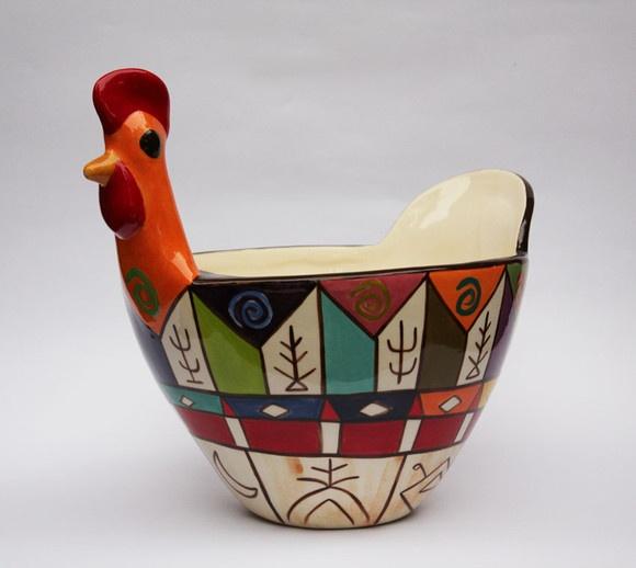 Galinha feita em cerâmica, pintada a mão