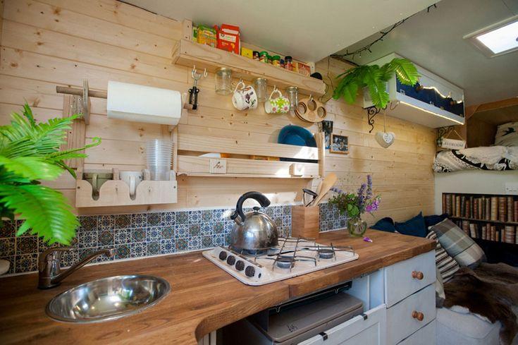 Esta vez se trata de una vieja furgoneta Ford Transit la que ha sido convertida en una confortable casa con ruedas, se trata de la casa de u...