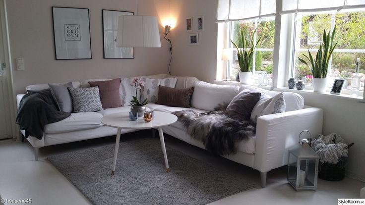 soffa karlstad,soffbord ikea,fäll,kuddar,lykta,blommor,korg,pläd,taklampa,hissgardin,tavlor
