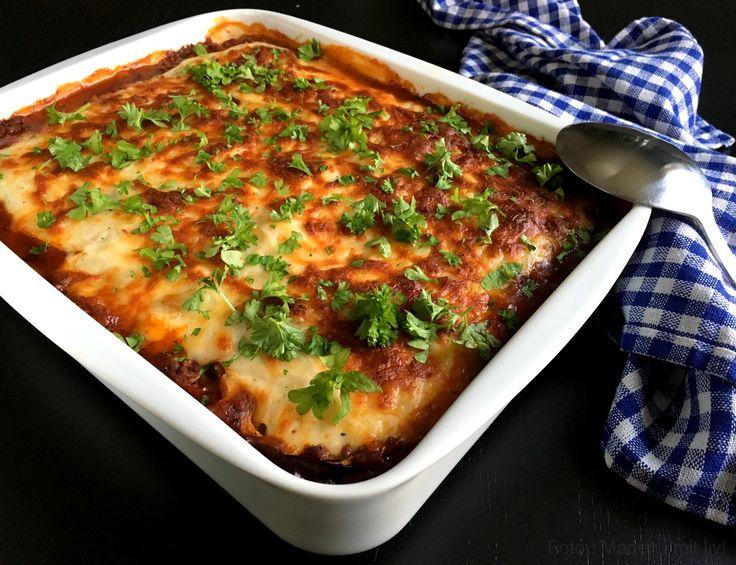 Min bedste opskrift på en skøn moussaka med aubergine og kartofler og krydret oksekød. Grækenlands svar på lasagnen, som er både nem og lækker at lave.
