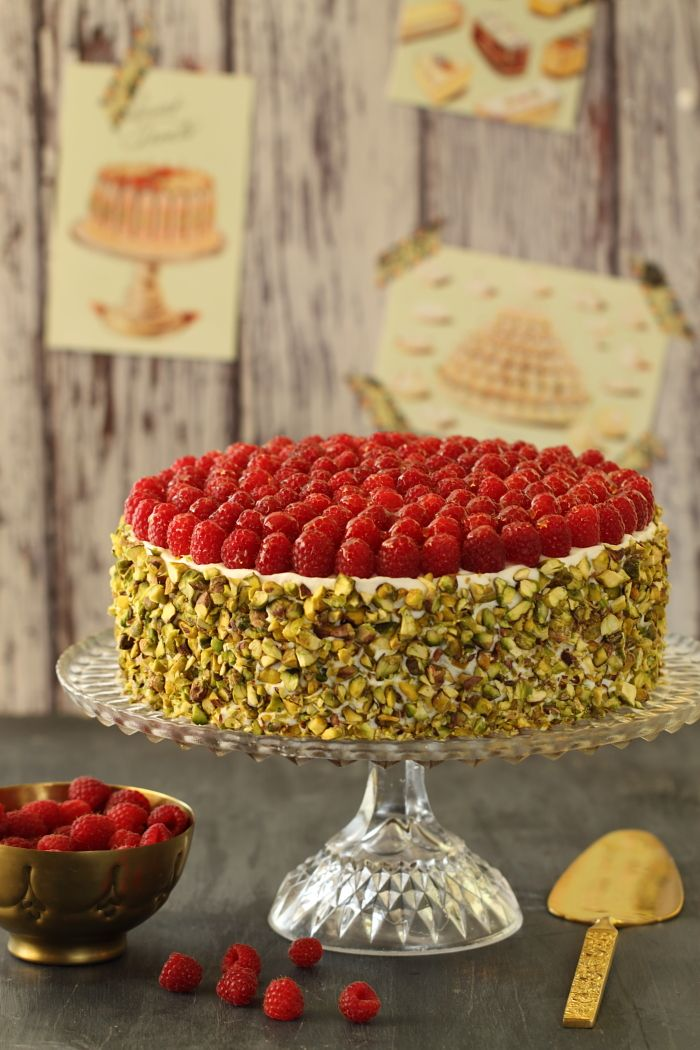 Raspberry cake with mascarpone and pistachio