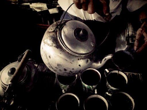 Menuangkan Air Panas setelah teh