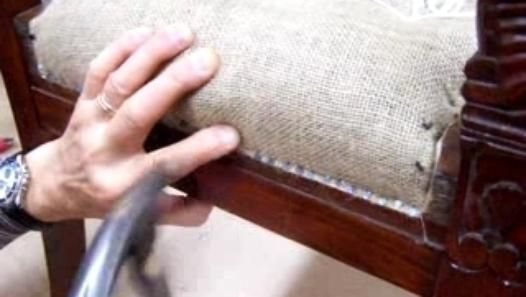 le rabatage d'un fauteuil représente la fixation définitive d'une garniture en crin. Les semences doivent etre régulieres tout les centimetres. le rabatage se fait sur le chanfrein  préalablement raboté à 45 degrés sur le poutour  de la ceinture du siege.