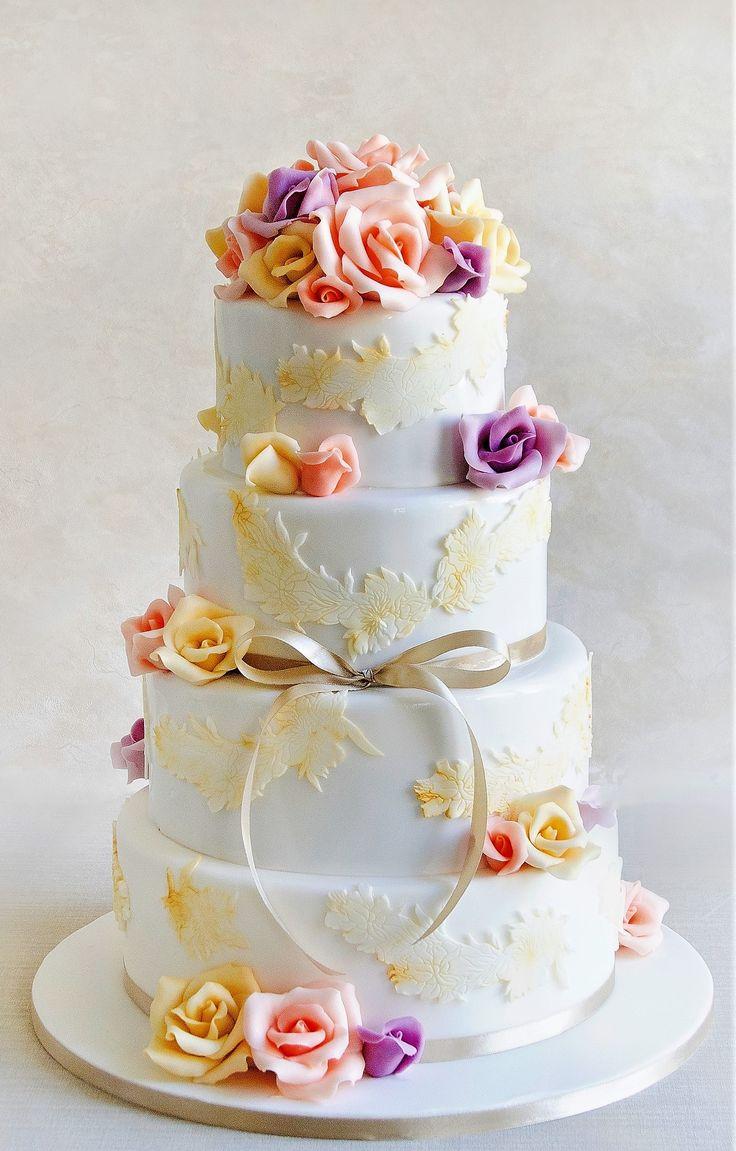 Un model de tort pentru nunta cu flori pastelate si detalii de dantela, ce ofera un plus de eleganta si rafinament.