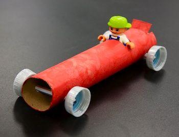 Goedkope knutsel tip van Speelgoedbank Amsterdam voor kinderen en ouders. Recycle / upcycle het karton van een keukenrol en een paar doppen van een fles en maak een stoere raceauto. Goedkoop knutselen / budget tip.