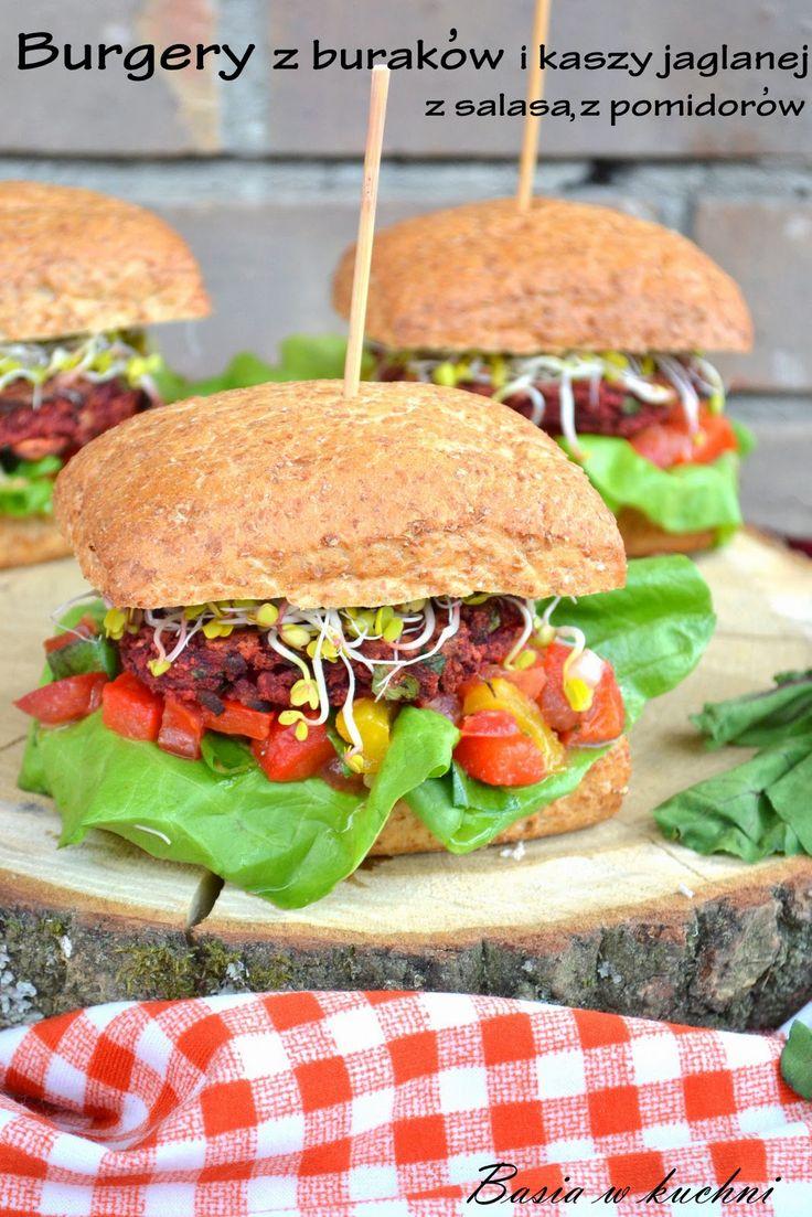 Basia w kuchni: Burgery z buraków z kaszą jaglaną oraz salą paprykowo - pomidorową.