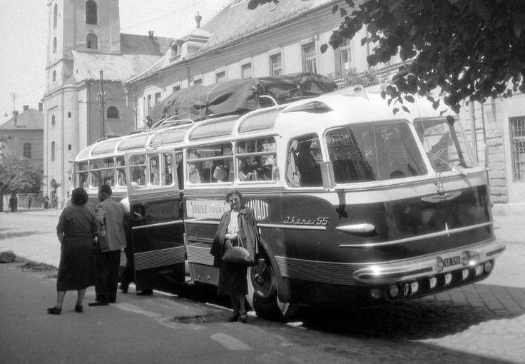 1958_Balassagyarmat, Rákóczi fejedelem út, háttérben a Szentháromság templom. Ikarus 55 tipusú autóbusz.jpg