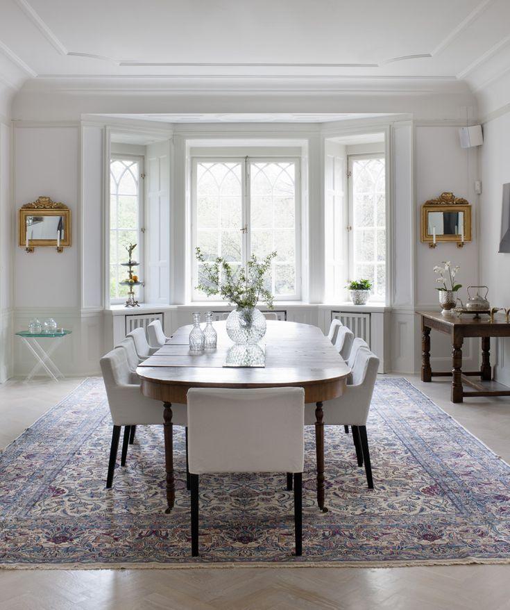 Matplats med matsalsbord, arvegods. Stolar från Ikea. Den antika mattan är köpt i England. Grönt bord från Svenskt tenn.