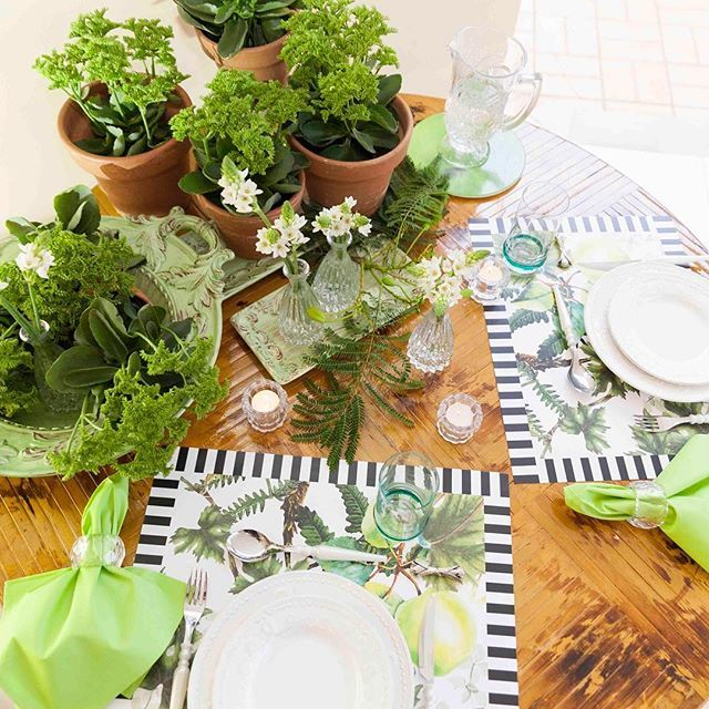 No blog, mesa para jantar com o marido! Olhem que delícia o meu novo espaço perto do jardim. Usei os jogos americanos de estampa maçã @obelonopapel que estou amando!