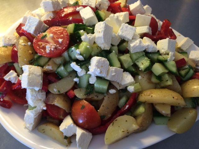 En dejlig salat med et strejf af sommer 1 kg. Kartofler kogte og afkølet 2 stk. Snack peber, halveret og i skiver 1 stk. Agurk i tern 1 bakke Cocktail tomater, halveret 1 blok feta ca. 200 gram i tern Dressing: Saften af 1 citron 1/2 dl. Oliven olie græsk krydderi fra santa Maria Timian…