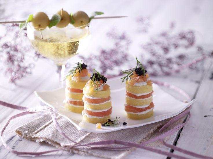 Polenta-Lachs-Türmchen mit Kaviar - eine tolle Vorspeise für das Weihnachtsmenü.  Kalorien: 284 Kcal - Zeit: 1 Std.   http://eatsmarter.de/rezepte/polenta-lachs-tuermchen