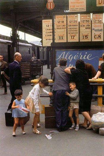 Départ en vacances Gare de Lyon, dans les années 60'. Paris. ( Willy Ronis )