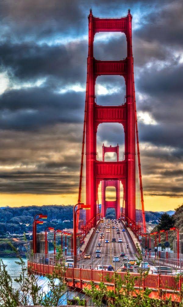 El puente Golden Gate es un puente colgante que atraviesa el estrecho Golden Gate, la, de tres kilómetros de largo canal de una milla de ancho entre la bahía de San Francisco y el Océano Pacífico. La estructura une la ciudad de San Francisco EE.UU., en el extremo norte de la península de San Francisco, al condado de Marin, que une tanto EE.UU. Ruta 101 y la Ruta Estatal de California 1 a través del estrecho..