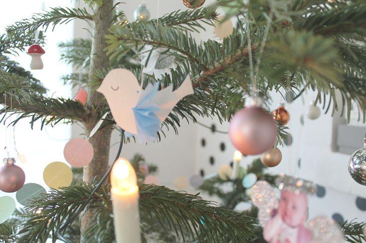 Jeg har lavet nogle små søde julefugle til vores juletræ, og lavet en gratis skabelon hertil.  Du kan downloade Skabelonen her  De er så fine som julepynt, men jeg tror nu ikke de skal i kassen og gemmes væk til næste år, måske jeg hænger dem over puslebordet eller måske inde på det l....