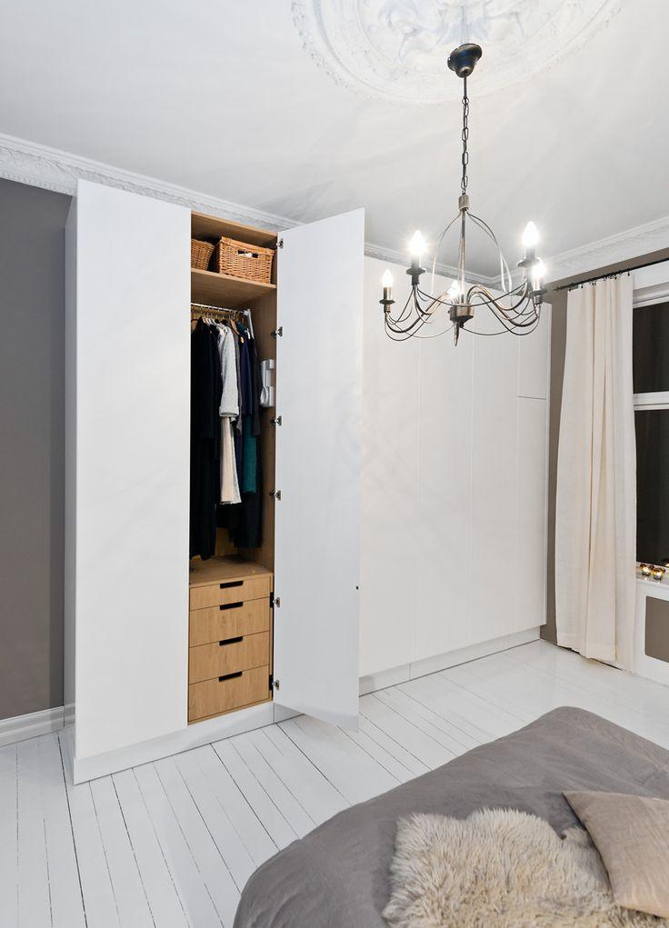 """Garderobe soverom Garderoben på soerommet kan være med å oppgradere hele rommet til en """"suite""""! Gode løsninger gjør ofte at man beholder romfølelsen selv om man får godt med oppbevaring. Noen av løsningene vi bygger rundt sengen er også luftige og svært praktiske. Her viser vi et lite utvalg av hva vi har laget. """" ngg_triggers_display=""""never"""" ngg_proofing_display=""""0″ ID=""""1941″ order_by=""""sortorder"""" order_direction=""""ASC"""" ... Les mer"""