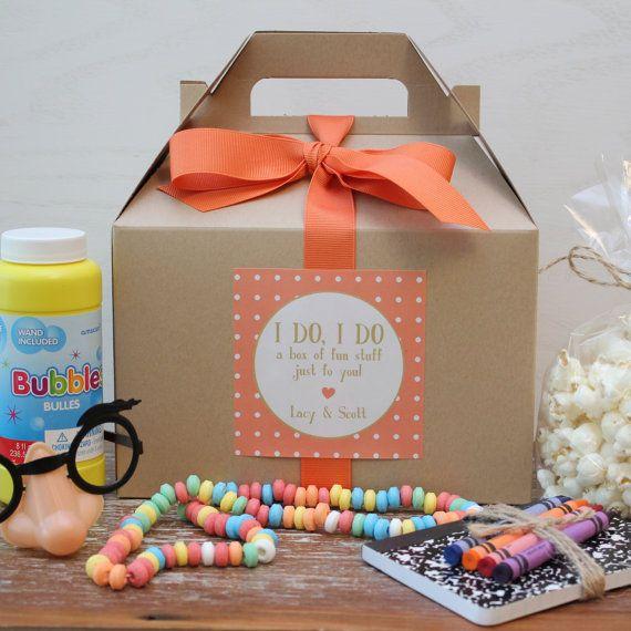 Nos enfants mariage boîtes sont prêtes à remplir avec des activités et de surprises pour les gamins spéciales à votre mariage. Quelle belle façon de les faire sentir les bienvenus et peut-être donner aux parents la chance de profiter de leur repas incroyable. Remplir avec eux avec des goodies, des collations et peu quelque chose d'amusant à faire.  . CE QUE VOUS RECEVREZ:  6 - 8 x 5 X 5 coffrets cadeaux de pignon dans la couleur de votre choix  6 - 3,5 pouces personnalisé étiquettes…