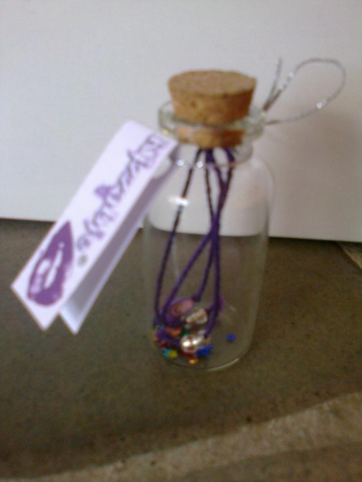 KA_P018 - Pulsera sencilla de hilo con cuenta de gota en empaque de botella de vidrio.