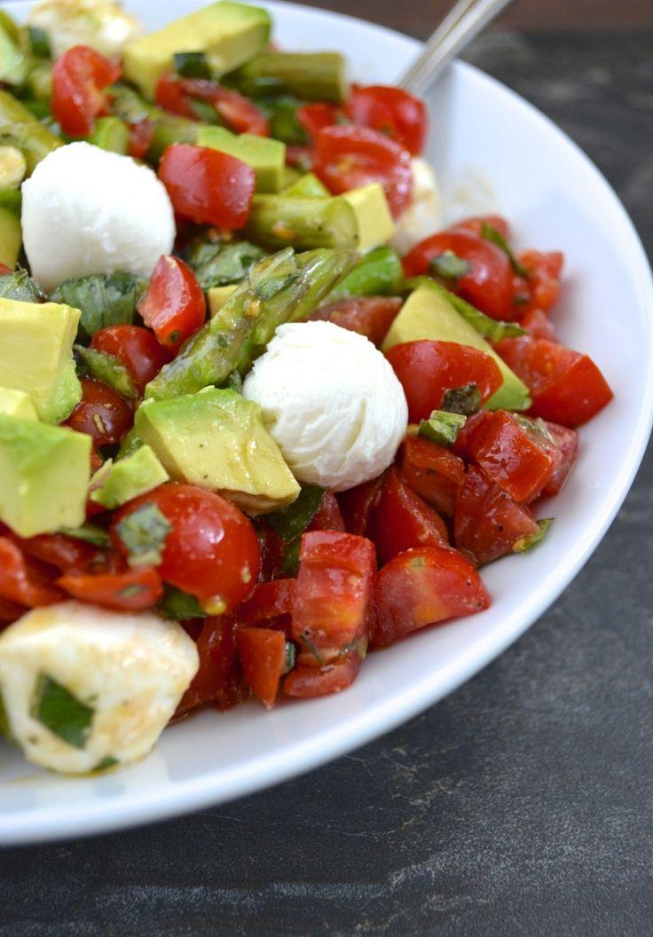 Délicieuse salade légère aux asperges, tomates, avocat, mozzarella et vinaigrette au citron.