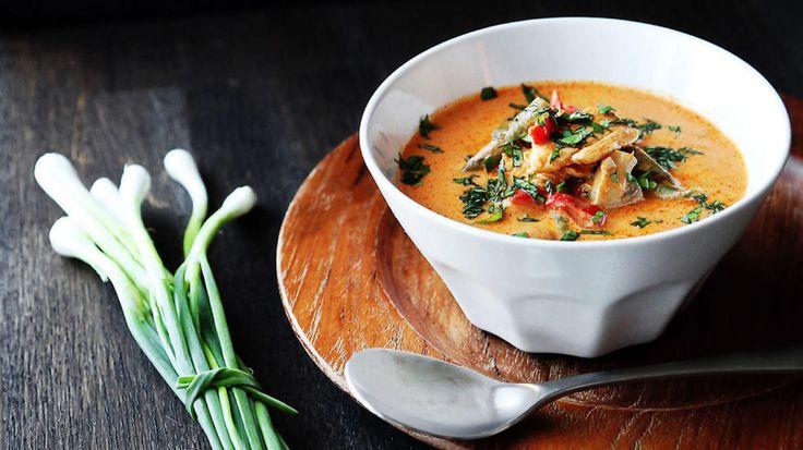 Nydelig varmende suppe med masse smak. - Thaimat er det beste jeg får og Gaeng Phed gai er en stor favoritt. Hvis jeg måtte velge en rett jeg skulle kokkelert med bind for øynene hadde det blitt denne. Lagd utrolig mange ganger både til hverdag og fest. Suppen finnes i mange varianter men hovedingrediensene er de samme; kokosmelk, red curry paste, fiskesaus, sitrongress og limeblad, forteller matblogger Silje Feiring som står bak oppskriften. - Jeg har funnet en balanse i smaker og ing...