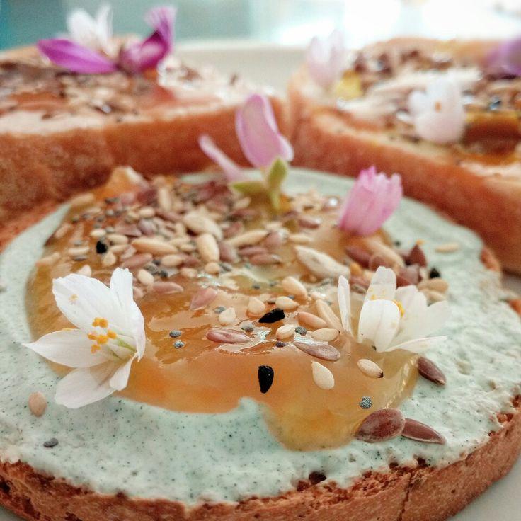 Una colazione salutare e naturale per disintossicarsi e iniziare la mattina con energia. Spirulina, curcuma, zenzero, semi di chia e lino, marmellata fatta in casa e fiori selvatici.