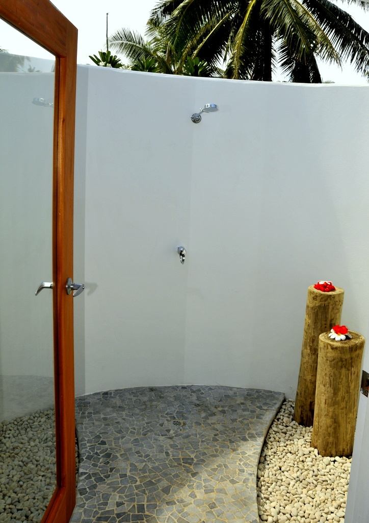 109 best images about outdoor stone showers and tubs on for Outdoor rock shower
