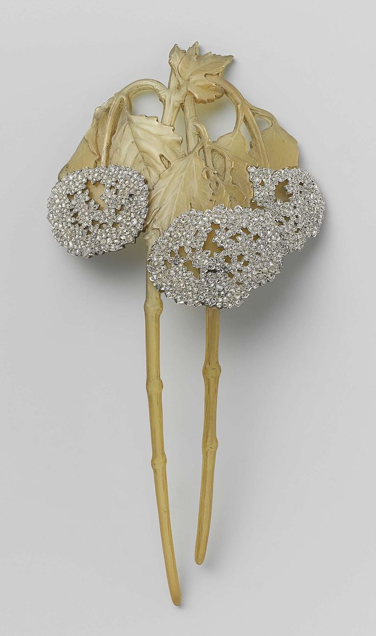 Hair comb in the form of two branches of a shrub snowball, René Lalique, c.1902 - c.1903. Hair jewel in the shape of two viburnum branches.