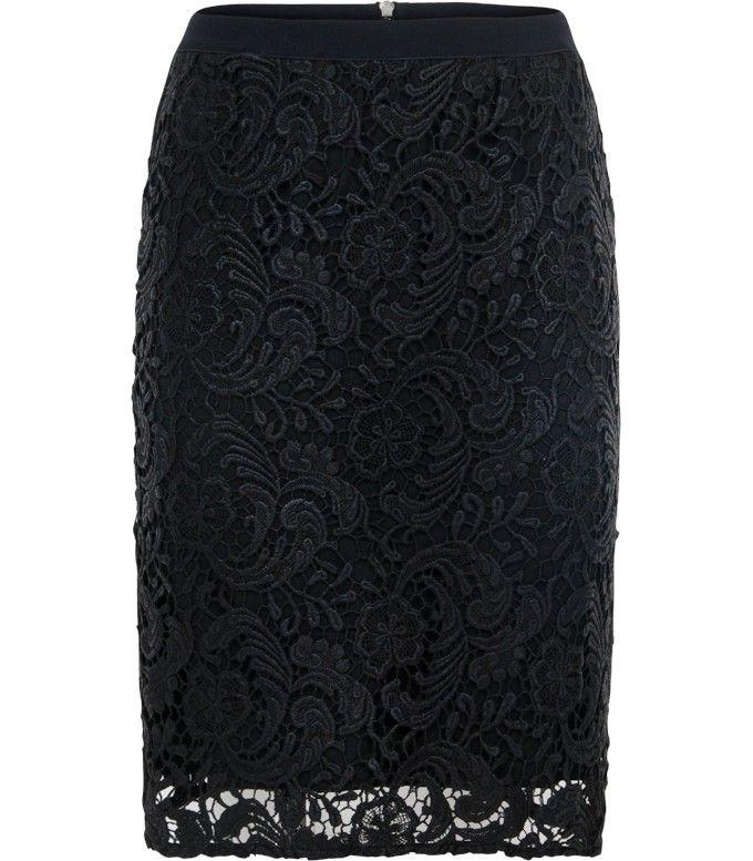 Door het glanzende kant is deze zwarte rok perfect voor een avondje uit en is de rok makkelijk te combineren. De rok heeft een elastiek aan de bovenkant, waardoor de rok een getailleerde pasvorm krijgt. Maak de look compleet met een blouse en een paar hakken.
