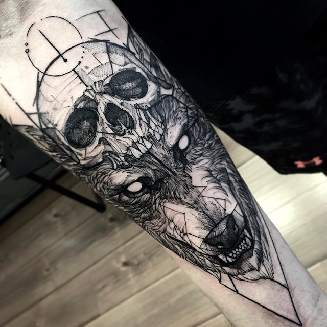 Lobo del tatuaje del cráneo
