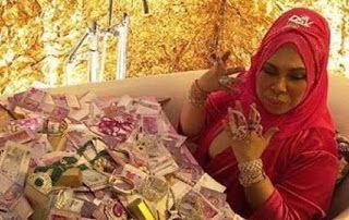 """Vida belanja sakan mahu kelainan   PEMBIKINAN muzik video lagu I Am Me nyanyian Datuk Seri Vida mencecah RM1 juta membabitkan kos pembikinan kostum dan barang kemas.  Vida atau nama sebenarnya Hasmiza Othman berkata kos pembikinan mencecah RM180000 pakaian dan prop RM80000 prop tambahan RM30000 cincin berlian RM300000 dan beberapa barangan kemas lain bernilai ratusan ribu.  """"Kos keseluruhan hampir sejuta. Saya membeli khas barang kemas untuk dipakai ketika penggambaran. Bukan apa ini konsep…"""