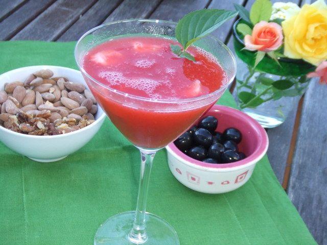 Este cóctel de fresas es delicioso para tomar en verano porque las fresas deben estar en su punto de maduración y dulzor. Es muy fácil de hacer y es bastante suave, por lo que se puede repetir sin problemas. ¡Pero una sola vez!