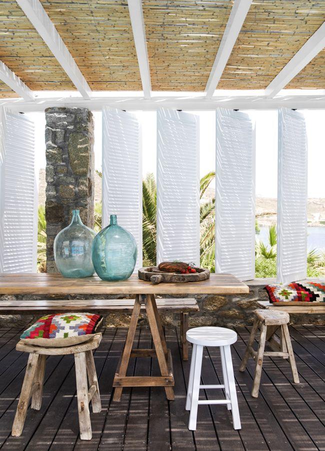 Des volets pivotants pour jouer avec l'air et la lumière sur cette belle terrasse évoquant la Méditerranée.