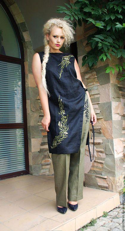 Купить или заказать Вышитй льняной костюм 'Лавровая ветка' в интернет-магазине на Ярмарке Мастеров. Женский костюм из итальянского льна с вышивкой ручной работы. Комплект состоит из брюк и длинной туники на завязках с асимметричным разрезом. Ручная вышивка гладью также асимметрична, что придаёт комплекту особый шик. Брюки на поясе регулируются вставками с резинкой. Комплект смотрится очень стильно и элегантно. Комбинация цветов может быть другой, на Ваше усмотрение.