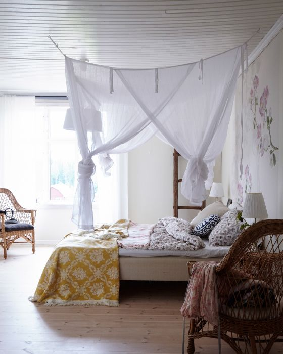 Mit ein paar Haken in der Decke und etwas Stoff kannst du dein Schlafzimmer komplett verändern.