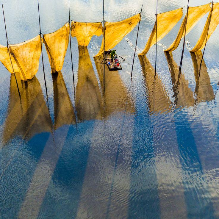A captura da imagem vencedora ... pescadores fechar a rede na província de Fujian, na China. Este foi o grande vencedor do prêmio na competição