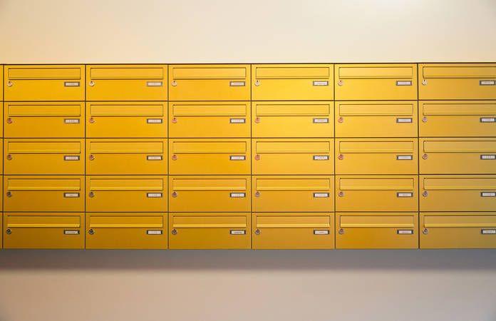 Knobloch I Aufputz-Briefkastenanlage mit horizontalen Kästen mit Verkleidung RI 242 in gold