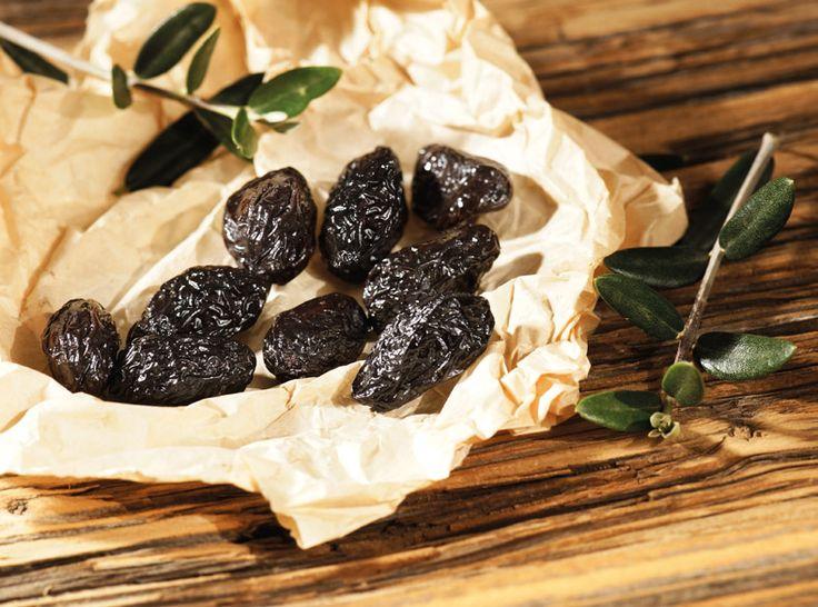 Η Ελιά Θρούμπα Θάσου ΠΟΠ περιέχει όλο το άρωμα της ώριμης ελιάς, αποκτά μια ιδιαίτερη, ελαφριά πικρή γεύση, την οποία λατρεύουν οι γευσιγνώστες και έχει μια χαρακτηριστική ζαρωμένη όψη. Η Ελιά Θρούμπα Θάσου ΠΟΠ δέχεται φυσική εκπίκρανση πάνω στο δέντρο πριν τη συγκομιδή και για το λόγο αυτό παρουσιάζει μεγαλύτερη συγκέντρωση λιπιδίων, υδατανθράκων και διαιτητικών ινών από τους άλλους τύπους ελιάς.