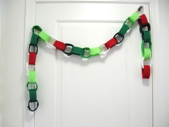 Christmas Felt Chain...I would do this with velcro so the chain links could be removed as a countdown to Christmas...maybe add numbers too
