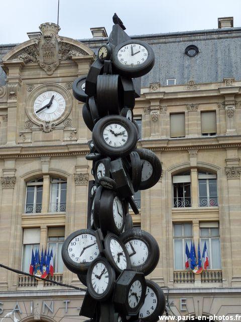 """L´Heure pour Tous.- Magnífica escultura/obra de arte que se encuentra justo delante de la Estación de Tren Saint-Lazare (9e arrondissement). Pour rappeller à tous les voyageurs de se dépêcher s'ils ne veulent pas rater leur train ! Mais depuis l'installation de """"L'Heure pour Tous"""" en 1989 il semblerait que personne n'ait pensé à remonter ces horloges…"""