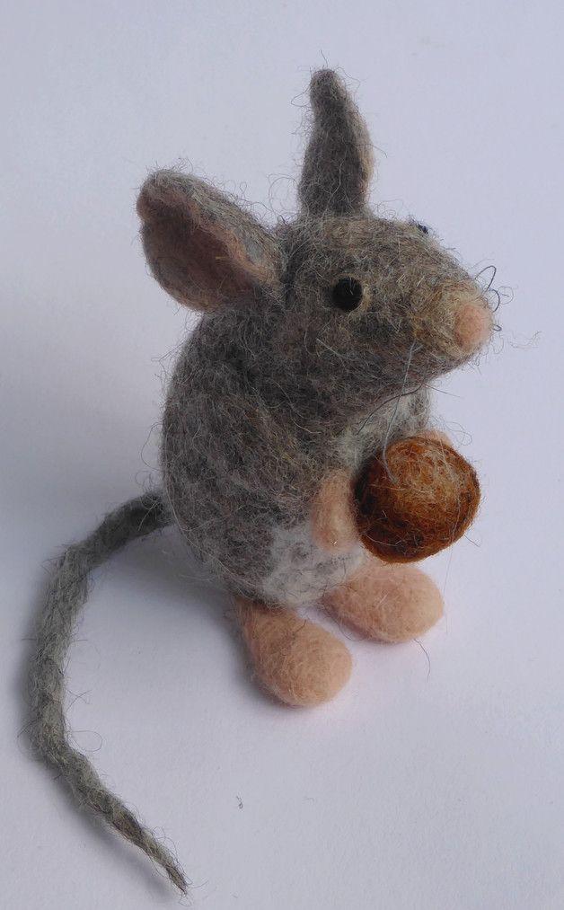 Deko-Objekte - Maus mit Haselnuß, Haselmaus, gefilzt, filz - ein Designerstück von GLUECKamSTUECK bei DaWanda