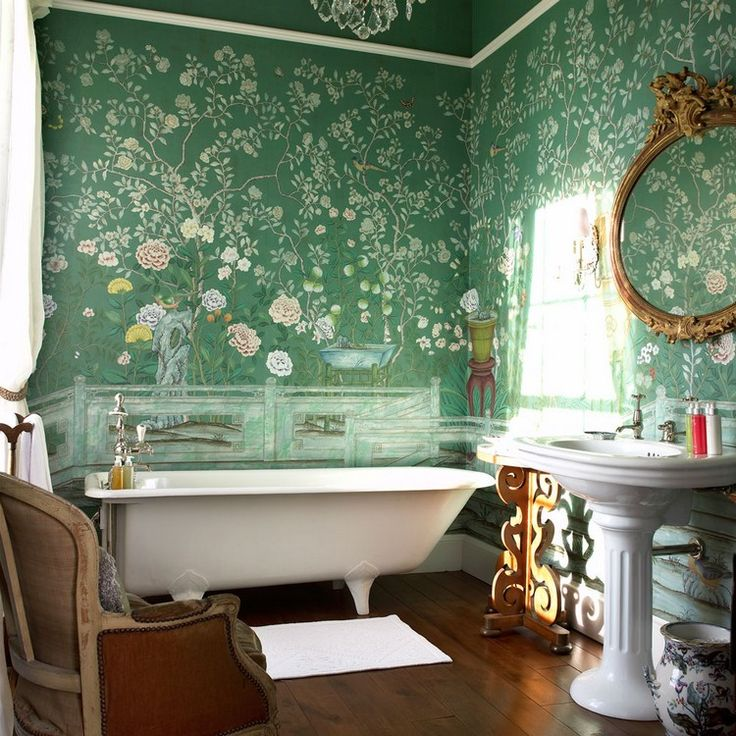 pose du papier peint vert à motifs floraux de style japonais, baignoire sabot et lavabo design