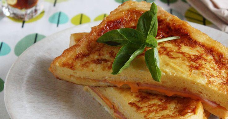 パンにベーコンとチーズをはさんで卵液に漬け込み焼きあげました、朝食におすすめ。 香ばしいバターの香りがふんわり♪