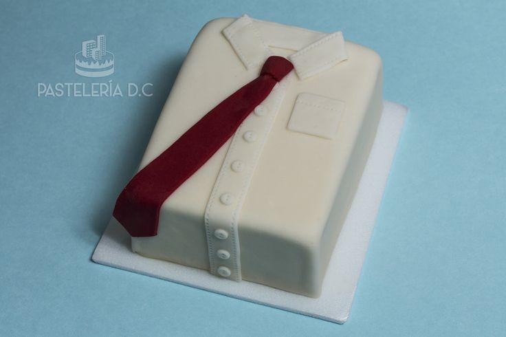 Torta con forma de camisa con corbata para papá en su día. Cubierta y detalles en fondant / Father's day cake covered with fondant.