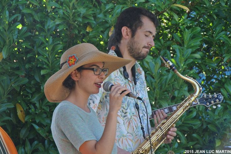 """DOUCE AMERE A MARCIAC LE 11/08/2015 Le groupe Douce Amère jouait dans les jardins de la galerie """"L'âne bleu"""" à Marciac et un public assez nombreux était venu pour les entendre et les découvrir. Douce Amère joue un jazz très cool proche de la bossa nova...."""