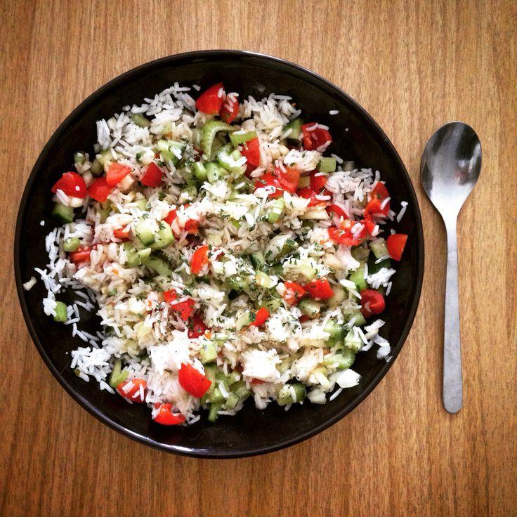 Ensalada de arroz. Jitomate, cebolla, pepino, apio, perejil, arroz (frío), aceite de oliva, vinagre, sal y pimienta.